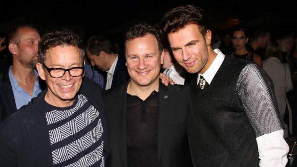 Der Stardesigner (Mitte) mit seinem Mann Frank Mutters (l.) sowie Designer - und Society Boy (toller Beruf) - André Borchers.