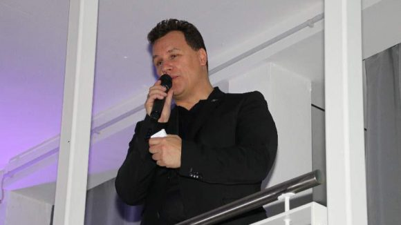 Bei der Guido Maria Kretschmer Aftershow-Party traf sich die Prominenz - auch Verona Pooth war da. Hier im Bild aber erst mal Guido himself bei seiner Dankesrede ans Publikum.