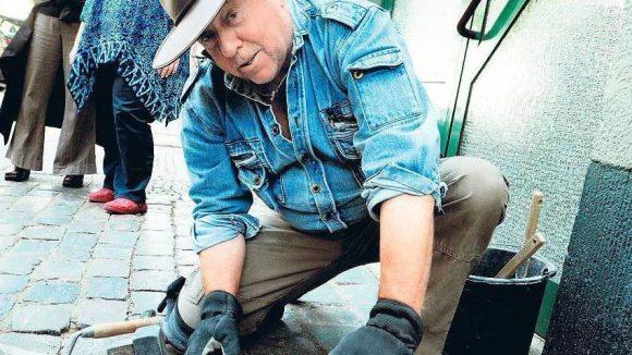 Der Erfinder der Stolpersteine bei der Arbeit: Gunter Demnig verlegt Stolpersteine in Reinickendorf.