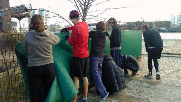 Die Läufer machen sich gemeinsam auf den Weg und packen bei gemeinnützigen Organisationen an.