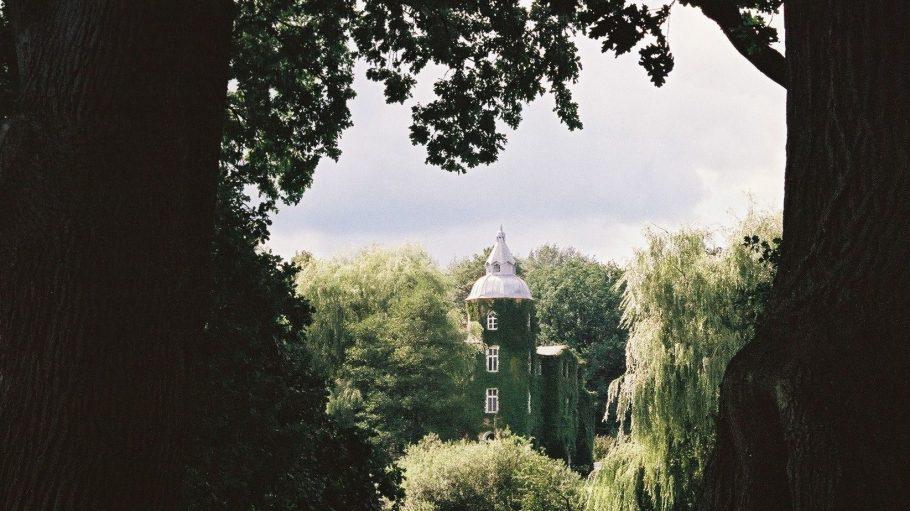 Das Gutshaus ist in eine herrliche Parklandschaft eingebettet.