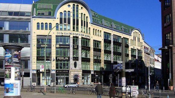 Auf dem Vorplatz des S-Bahnhofs Hackescher Markt, Blick auf die Außenfassade der sanierten Hackeschen Höfe.