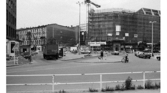 Hackescher Markt in Mitte, 1996.Sanierung der Hackeschen Höfe (rechts). Die Baulücke wurde 1998 durch ein Gebäude mit Glasfassade geschlossen. / Rehabilitation of the Hackesche Höfe (right). The vacant lot was replaced in 1998 by a building with glass facade.