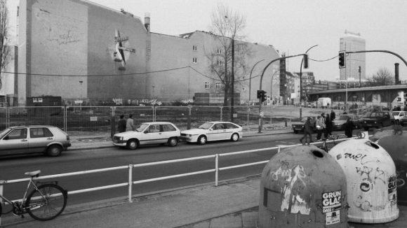 """Hackescher Markt in Mitte, 1997. Baubeginn für den """"Neuen Hackeschen Markt"""" mit zwölf Wohn- und Gewerbebauten zwischen Rosenthaler Straße und Dircksenstraße. An der Brandwand sieht man noch Überreste von großformatigen Schildern, die nach der Wende entfernt worden waren."""