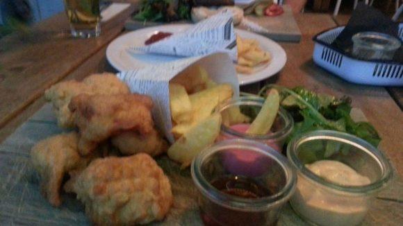 Fish & Chips mit Dips und selbstgemachten Pommes.