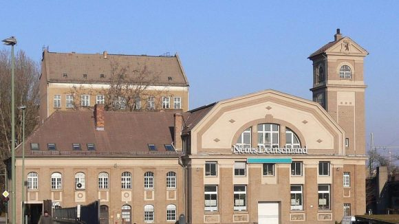 """Das Kraftwerk im Osthafen beherbergte vorübergehend die Redaktionsräume der Tageszeitung """"Neues Deutschland"""" und danach eine Werbeagentur. Bald könnte es dem Autobahnbau zum Opfer fallen."""