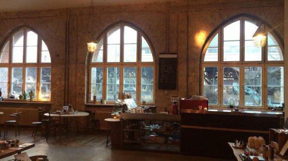 Café und Verkaufsraum des Halleschen Hauses am Tempelhofer Ufer.