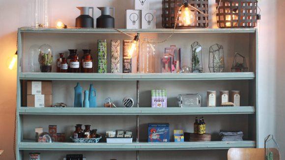 Ob Lampen, Vasen oder Kakteen unter Glasglocken - im Halleschen Haus finden sich allerlei Design-Produkte, die das Besitzer-Trio eigenhändig aussucht.