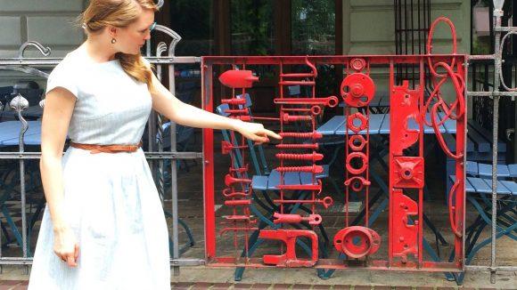 """Über Schrauben und Werkzeug im Zaun freut sich eine """"Hammerfrau"""" wie sie natürlich."""