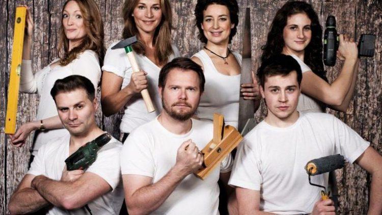 """Starker Auftritt mal sieben bei den """"Hammerfrauen""""! Michael Frowin (unten, Mitte) hat die Songtexte für das Musical geschrieben, es koproduziert und spielt selbst auch noch mit."""