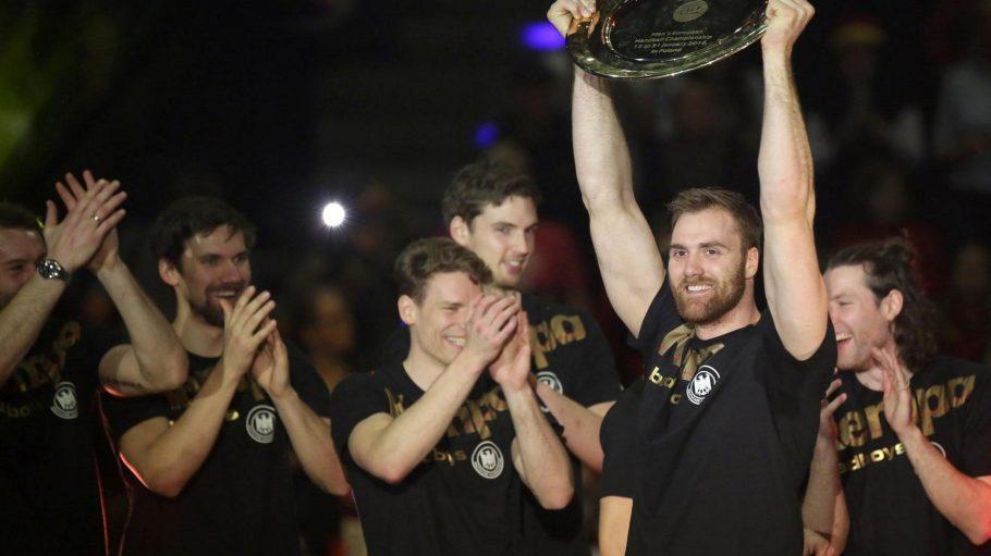 Handball-Nationaltorwart Andreas Wolff jubelt in der Max-Schmeling-Halle.