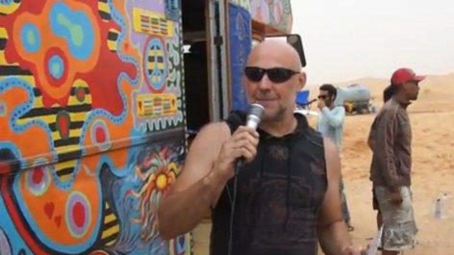 In einem Video kündigt Oliver Becker in der Sahara seinen Coffeeshop im Görlitzer Park in Berlin-Kreuzberg an.