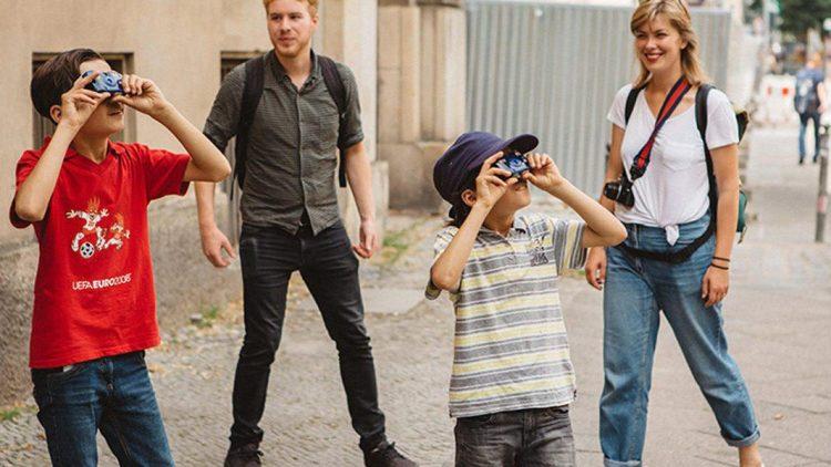 Die Fotografen der Zukunft? Flüchtlingskinder aus Berlin haben sichtlich Spaß beim Fotoworkshop mit den Profis.