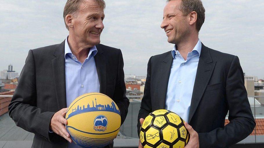 BVB-Geschäftsführer Hans-Joachim Watzke und Alba-Aufsichtsrat Axel Schweitzer, gleichzeitig Vorstandsvorsitzender der Alba Group, posieren über den Dächern von Berlin.