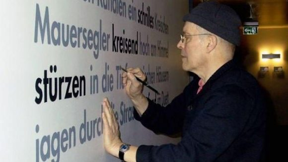 """Der Künstler bei der Arbeit am """"12 Monate Berlin""""-Projekt."""