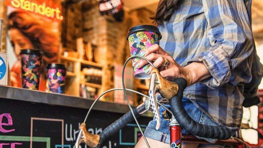 Trendig designt sorgt der Kaffeebecher für Wiedererkennungswert.