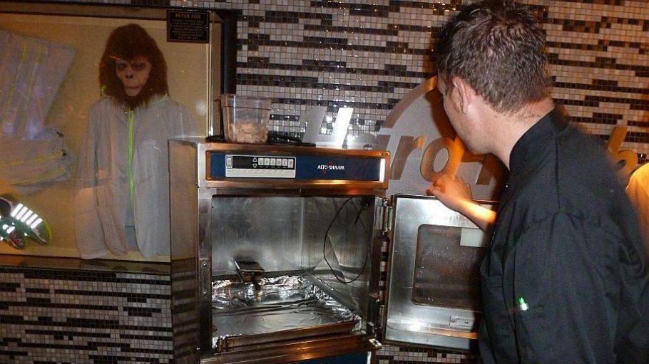 Küchenchef Aidan Williams demonstriert die Funktionsweise des Räucherofens.