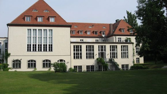 Ins Harnack-Haus in Dahlem ist endlich das wissenschaftliche Leben zurückgekehrt.