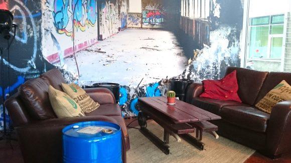"""Charmant-zusammengewürfelt: Das Interieur im #Hashtag Coffee-Shop ist im gemütlichen """"Industrial-Chic"""" gehalten."""
