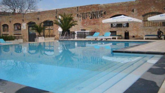Das Herzstück des Haubentauchers ist das 22 mal 10 Meter große Schwimmbecken. Schöner Kontrast zu all dem Neuen sind dieverblassten Graffitis, die an vergangene Tage erinnern.