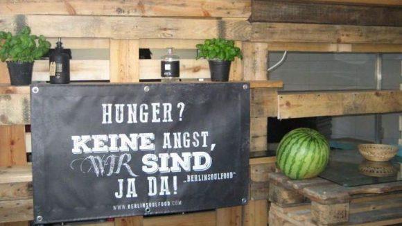 Um das leibliche und auch seelische Wohl der Haubentaucher-Gäste kümmert sich Sänger Ben und sein Berlin-Soul-Food-Team...