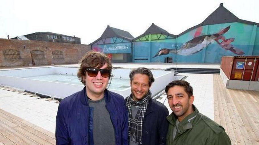 Jan Denecker, Daniel Lente und Azar Moorad, drei der vier Inhaber des Haubentauchers. Sie eröffnen heute ihren Pool an der Revaler Straße.