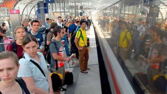Eng war's. Schon 2006 war der Hauptbahnhof nach Abschluss der WM voll. Der Fern- und Regionalverkehr rollt auch jetzt weiter. Außer Betrieb ist allerdings die S-Bahn.