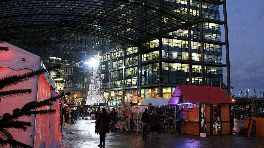 Premiere: Auch auf dem Vorplatz findet ein kleiner Weihnachtsmarkt statt.