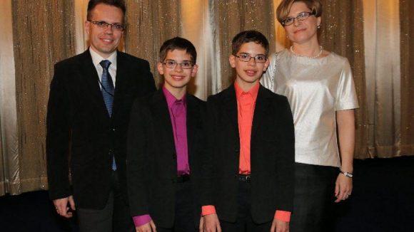 Darin geht es um einen jüdischen Jungen, der es schafft, sich im Zweiten Weltkrieg im besetzten Polen unter abenteuerlichen Bedingungen drei Jahre vor den Deutschen zu verstecken. Hauptdarsteller sind Andrzej (l.) und Kamil Tkacz, hier mit ihren Eltern. Die Zwillinge spielen den Jungen im Film abwechselnd.