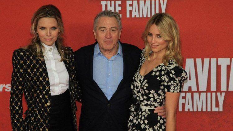 Die Hauptdarsteller: Robert De Niro mit seiner Filmfrau Michelle Pfeiffer und Filmtochter Dianna Agron.