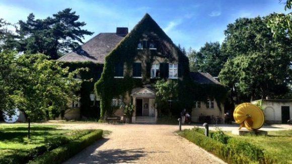 Wie verwunschen liegt das Haus am Waldsee da. Kunst ist sowohl innen zu sehen ...