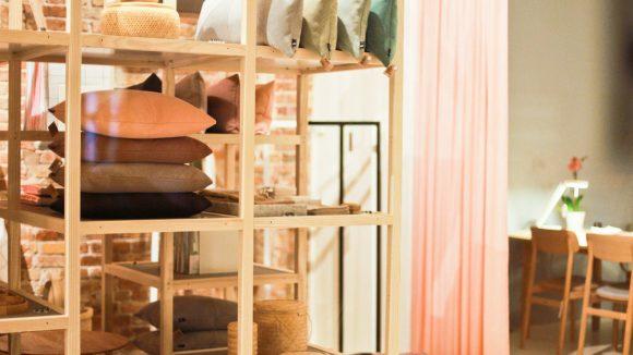 Kissen, Wohnaccessoires, Sofas - für all seine Produkte interpretiert HAY das skandinavische Möbeldesign der Fünfziger und Sechziger Jahre und entwickelt es in einem zeitgemäßen Kontext weiter.