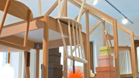 Die Design-Artikel von HAY sind als kunstvolle Möbel-Installation drapiert.