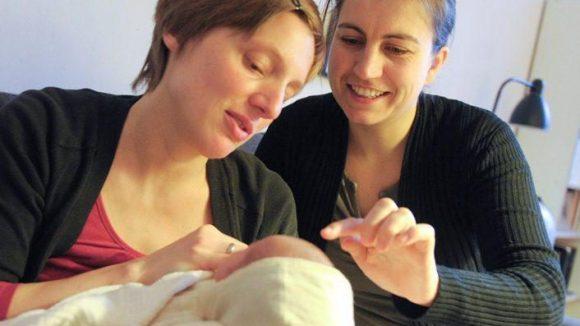 Hebammen sind ein wichtiger Begleiter während und nach der Schwangerschaft.