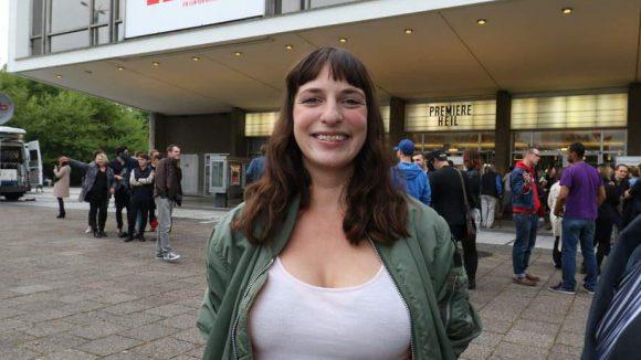 Auch Caroline Korneli, bekannt von Radio Fritz, spielt mit.