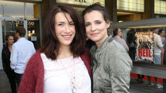 """... die Schauspielerinnen Claudia Mehnert (l., """"Weissensee"""") und Marei Ribbschläger ..."""