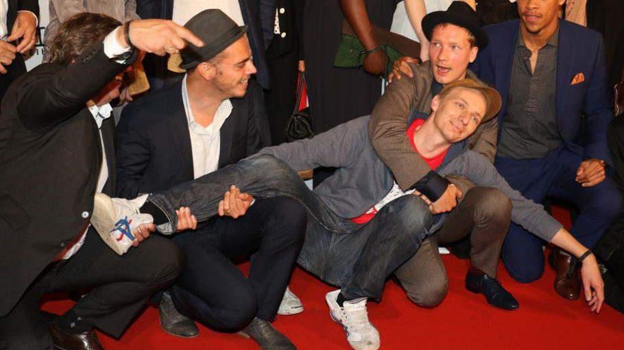 """Regisseur Dietrich Brüggemann hatte beim Photocall zur Premiere seiner Nazi-Satire """"Heil"""" im Kino International Spaß im Kreis der Mitwirkenden."""