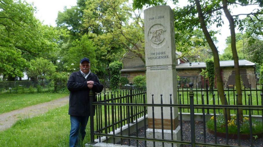 Der Heimatverein, in dem Herr Polzin Mitglied ist, ließ anlässlich des 700-jährigen Bestehens von Heiligensee dieses kleine Denkmal errichten.
