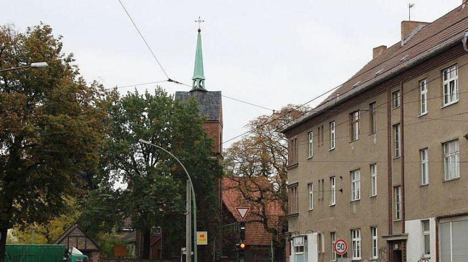 Die Kreuzung von Romain-Rolland- und Tino-Schwierzina-Straße an der Dorfkirche.