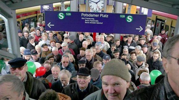 Heissa! Berufsverkehr? Nicht ganz, die Herren kamen zur Eröffnung des S-Bahnhofs Teltow-Stadt 2005. Wird die Linie bis Stahnsdorf verlängert?