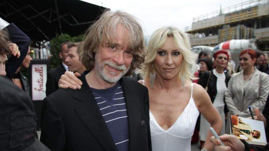 Der gute alte Helge Schneider, der den Dorf-Elvis spielt, zusammen mit der Regisseurin und Produzentin Birgit Stein.