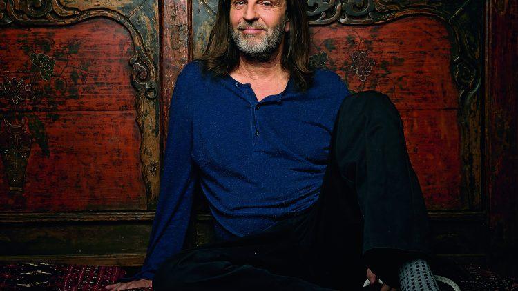 Den Althippie sieht man ihm an. Seine grandiosen kurzweiligen Geschichten und jetzt auch seine Biografie kann man bei Helge Timmerberg mindestens erahnen.