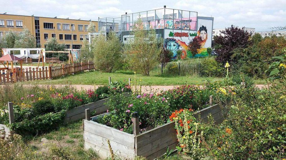 Der Nachbarschaftsgarten Helle Oase ist ein preisgekröntes Projekt am östlichen Rand der Hellen Mitte. Im Hintergrund: das Jugendzentrum Eastend.