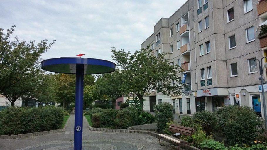Einen gepflegten Grünstreifen gibt es auf der Hellersdorfer Promenade, Kulturangebote dagegen weniger.