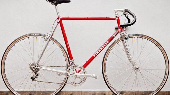 Im stilvollen Rot kommt dieses Rennrad von Pinarello daher. Kostenpunkt: 26,99 Euro pro Tag.