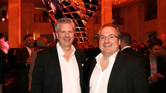 Axel und Peter Haschkamp von MKT sind für die Installation verantwortlich.