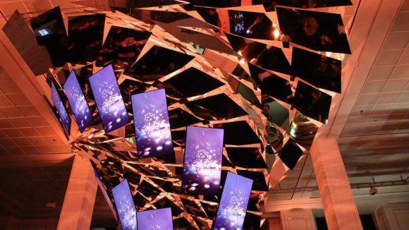 Weiter geht's ins KaDeWe. Dort bildet eine futuristische Kaskade, die aus 20.000 Einzelteilen, Spiegeln und Videoscreens besteht, den Mittelpunkt einer Ausstellung zu 250 Jahre Hennessy.