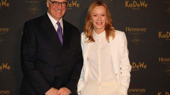 Hennessy noch einmal mit Schauspielerin Katja Flint.