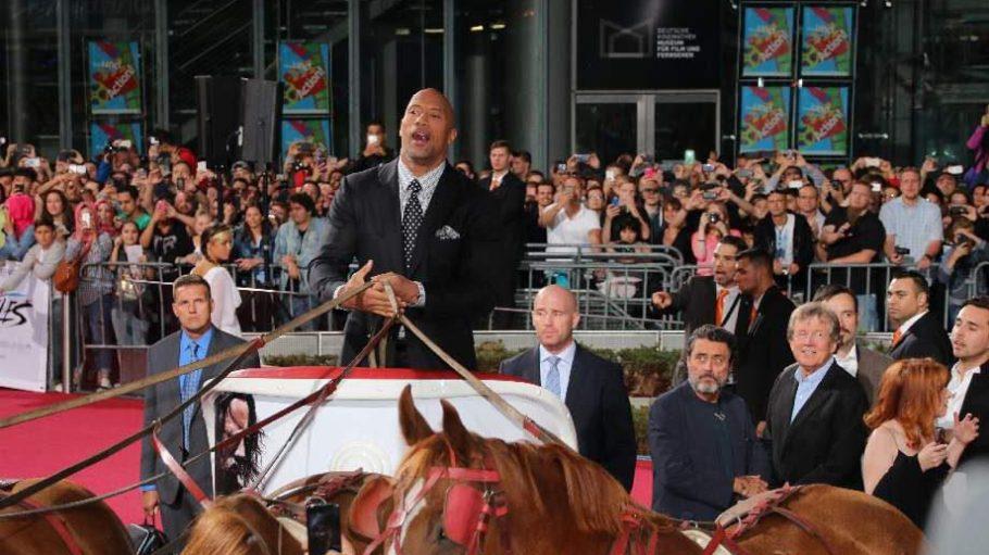 """Action-Star Dwayne """"The Rock"""" Johnson kommt ins Sony Center geritten. So sieht es zumindest aus."""