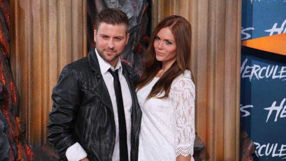 Ex-GZSZ-Star Felix von Jascheroff kam mit seiner Freundin, Model Lisa Steiner.